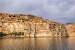 Ландшафт реки Евфрат Halfeti на переднем плане и Sunken мечети Sanliurfa, Gaziantep в Турции стоковые изображения