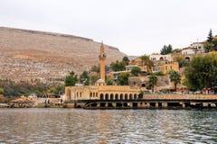 Ландшафт реки Евфрат Halfeti на переднем плане и Sunken мечети Sanliurfa, Gaziantep в Турции стоковое фото rf