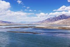 Ландшафт Рекы Brahmaputra и горы - Тибет стоковое изображение rf
