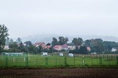 Ландшафт сельской местности Поле лета с туманом Деревня в вечере стоковое изображение rf