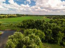 Ландшафт сельской местности с лесом и прудами в России, взгляд сверху стоковое фото