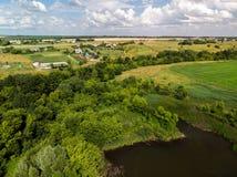 Ландшафт сельской местности с лесом и прудами в России, взгляд сверху стоковое изображение