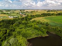 Ландшафт сельской местности с лесом и прудами в России, взгляд сверху стоковое фото rf