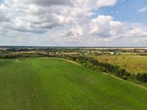 Ландшафт сельской местности с полем в России, взгляд сверху стоковая фотография rf