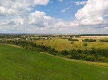 Ландшафт сельской местности с полем в России, взгляд сверху стоковые изображения