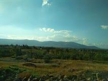 Ландшафт синь заволакивает белизна неба Горы в расстоянии desktop стоковая фотография rf