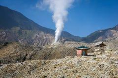 Ландшафт скалистого следа на держателе Papandayan что бросающ вызов для hiker Уборная и столб на следе горы Большая часть стоковая фотография rf