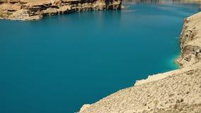 Ландшафт скал утеса травертина и голубого озера акции видеоматериалы