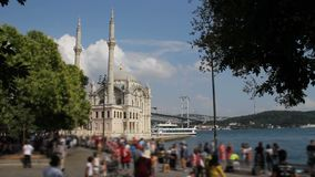 Ландшафт Стамбула Мечеть Ortakoy назначения populer Стамбула touristic, квадрат Ortakoy и мост Bosphorus в задней части акции видеоматериалы