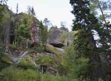 Ландшафт старых утесов и камней в середине передних частей Стоковые Фотографии RF