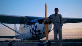 Ландшафт сумерек с мужским авиатором стоя около cropduster сток-видео