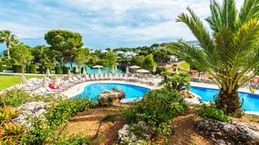 Ландшафт с бассейном на Cala Dor, острове Palma Мальорка, Испании стоковая фотография rf