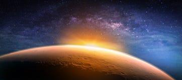 Ландшафт с галактикой млечного пути Взгляд восхода солнца и планеты от sp Стоковое Фото