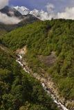 Ландшафт с гималайскими горами на заднем плане на пути к базовому лагерю Эверест, стоковое изображение rf