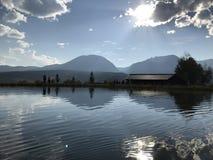 Ландшафт с горами в расстоянии и красивом пруде стоковые фотографии rf