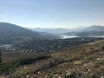 Ландшафт с горами в расстоянии стоковое изображение rf