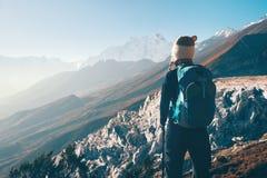 Ландшафт с девушкой и горами в Непале Стоковое Изображение