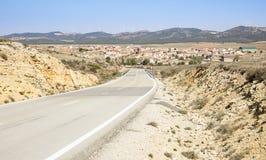 Ландшафт с дорогой и взгляд деревни Tordesilos Стоковая Фотография