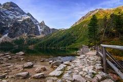 Ландшафт с дорогой, озером и горной цепью Стоковые Фото
