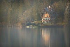 Ландшафт с кабиной на кровоточенном озере стоковое фото