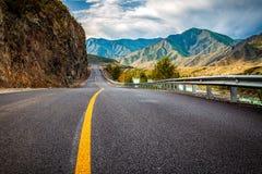 Ландшафт с красивой дорогой горы с совершенным асфальтом стоковая фотография rf