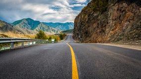 Ландшафт с красивой дорогой горы с совершенным асфальтом стоковое фото