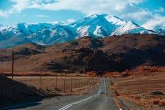 Ландшафт с красивой пустой дорогой горы предпосылка больше моего перемещения портфолио Шоссе на горах стоковая фотография