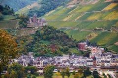 Ландшафт с немецкими полями виноградины холмов земли Рейнланд-Пфальц с замками реки Raine и городка Bacharach от стоковая фотография