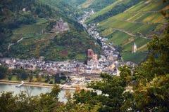 Ландшафт с немецкими холмами и земледелием и поля виноградины земли Рейнланд-Пфальц с рекой Rhein и городком Bacharach стоковое изображение rf