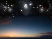 Ландшафт с планетами в ночном небе стоковое изображение rf