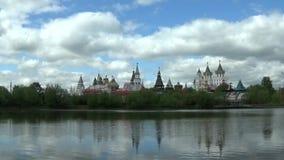 Ландшафт с прудом и взглядами Izmailovo Кремля в облако Москве, России на весенний день видеоматериал