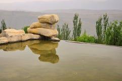 Ландшафт с прудом и камнями стоковая фотография rf