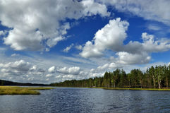 Ландшафт с рекой и облаками Стоковое фото RF
