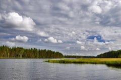 Ландшафт с рекой и облаками Стоковые Изображения RF