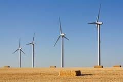 Ландшафт с eolic генераторами и bales сторновки Стоковые Фотографии RF