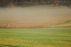 Ландшафт тумана поля страны на день осени Стоковое Изображение