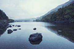 Ландшафт Llyn Crafnant во время туманного утра осени в Snowdo Стоковые Изображения