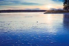 Ландшафт paysage зимы вечера заморозил замороженное реку озера Стоковое Изображение RF