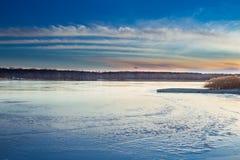 Ландшафт paysage зимы вечера захода солнца заморозил замороженное озеро Стоковые Изображения
