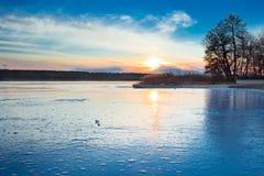 Ландшафт paysage зимы вечера захода солнца заморозил замороженное реку Стоковое Изображение