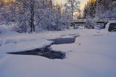 Ландшафт Snowy и ледяной замороженный пропускать реки стоковая фотография