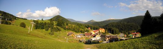 Ландшафт Tatra гор с зеленым лесом, голубыми облаками и лугом Стоковое фото RF