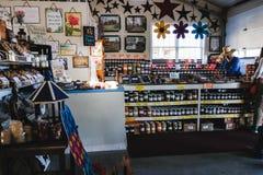 ЛАНКАСТЕР, ПЕНСИЛЬВАНИЯ - 21-ОЕ МАРТА 2018: Интерьер сельского органического рынка Продажа натуральных продучтов стоковые фотографии rf