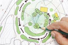 Ландшафтный архитектор конструируя на планах Стоковые Изображения RF