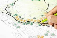 Ландшафтный архитектор конструируя на плане анализа места Стоковые Изображения RF