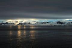 Ландшафт, айсберги, горы и океан Антарктики на восходе солнца Стоковое Изображение RF