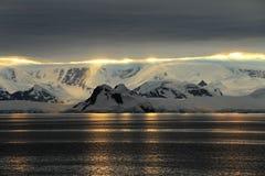 Ландшафт, айсберги, горы и океан Антарктики на восходе солнца Стоковая Фотография