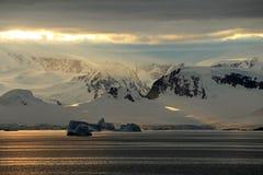 Ландшафт, айсберги, горы и океан Антарктики на восходе солнца Стоковые Изображения RF
