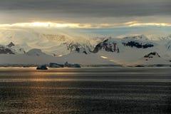 Ландшафт, айсберги, горы и океан Антарктики на восходе солнца Стоковая Фотография RF