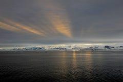 Ландшафт, айсберги, горы и океан Антарктики на восходе солнца Стоковое Изображение